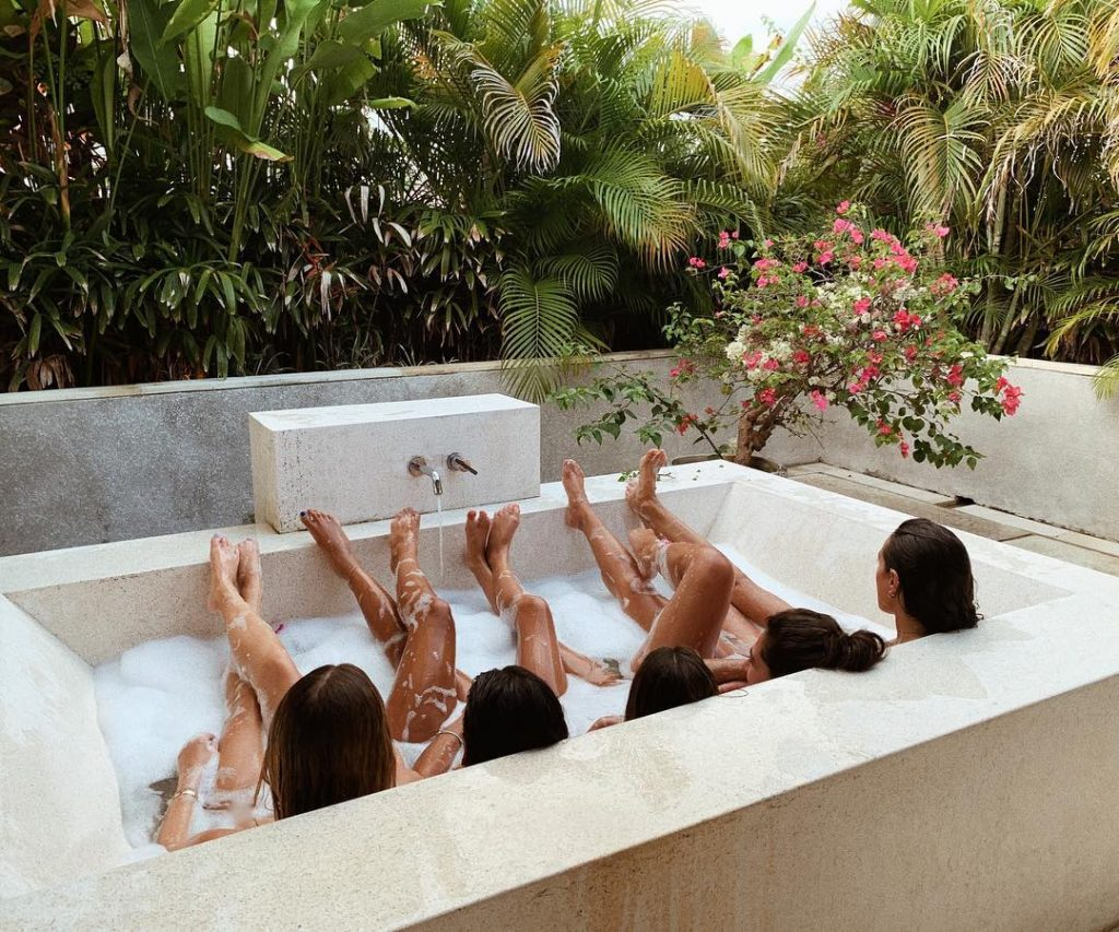 five-girls-having-good-time-in-the-bath-tube