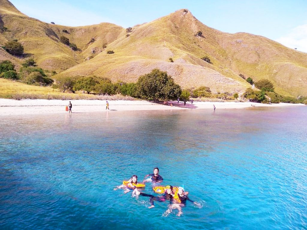 swimming-with-friends-at-Gili-Lawa-Flores-Komodo