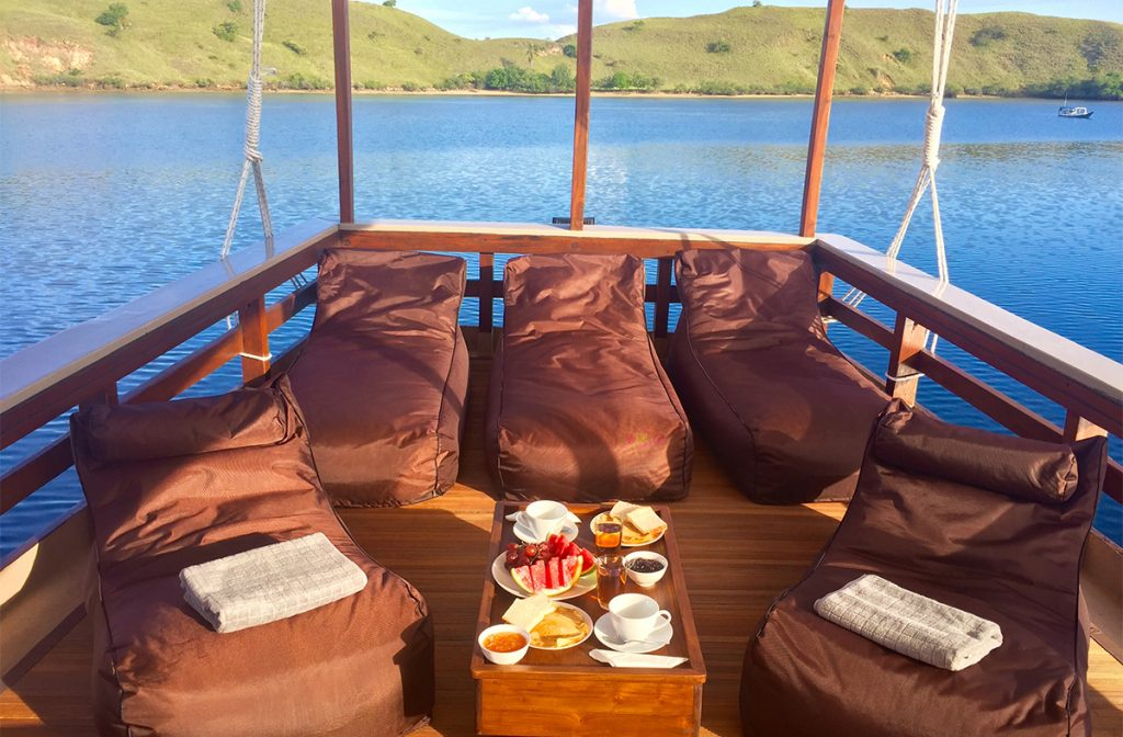 breakfast-time-at-nyaman-boat