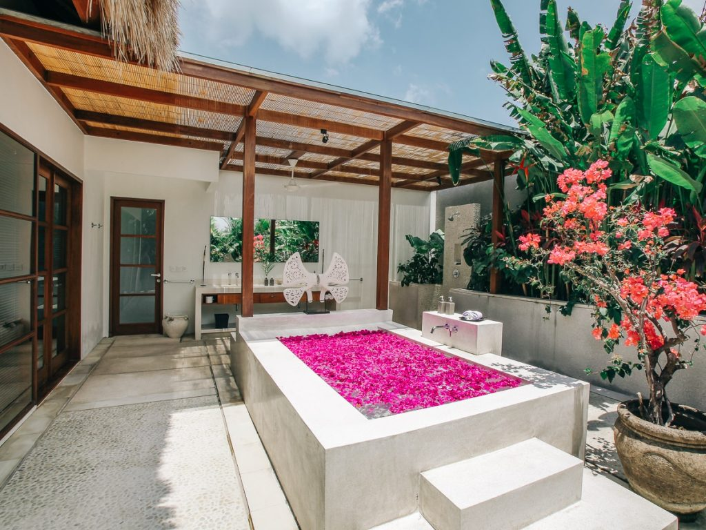 nyaman-villa-outdoor-huge-bathtub