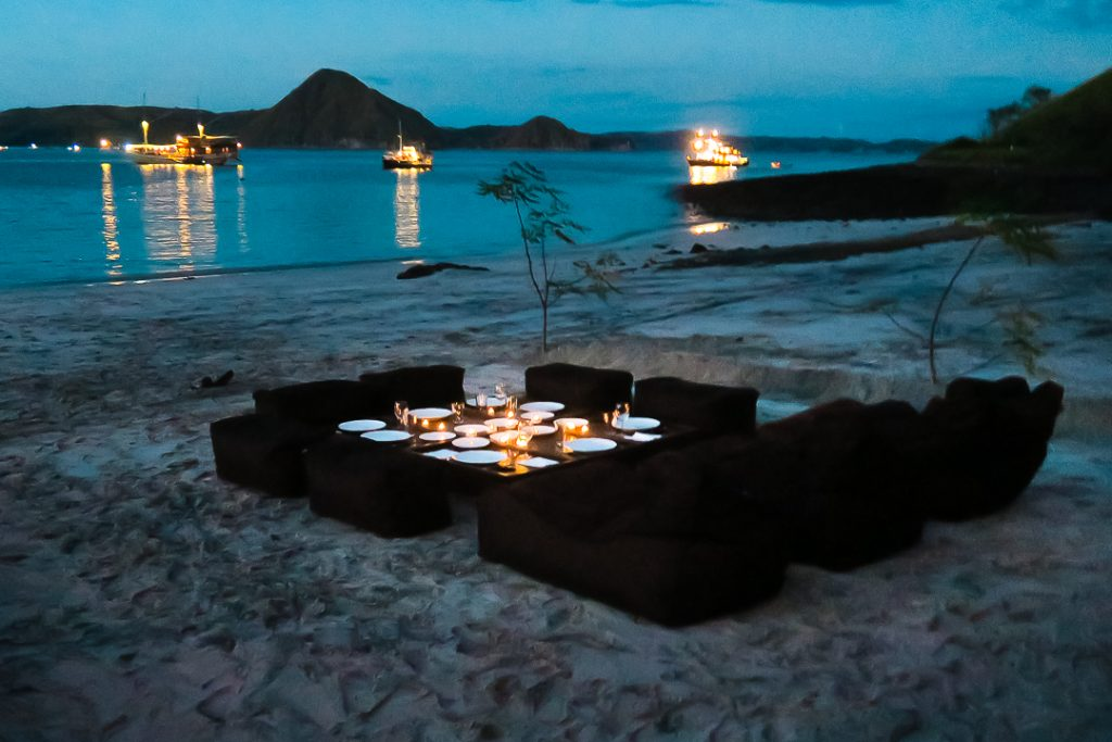 nyaman-boat-dinner-on-the-beach